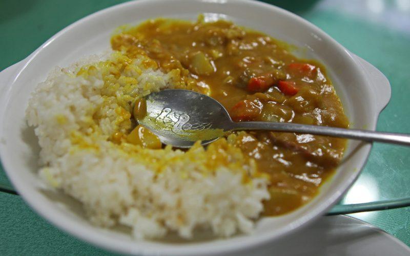 Pollo al curry con verdura e riso thailandese: ricetta facile e gustosa
