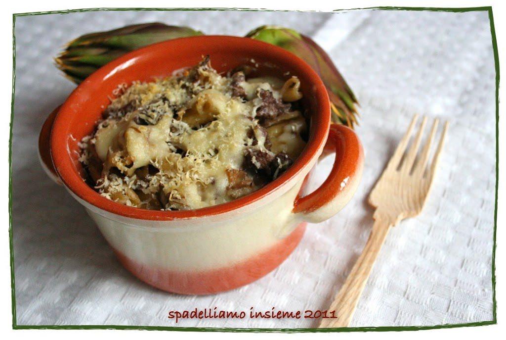Pasta al forno con carciofi e salciccia, al vino rosso e in cocotte