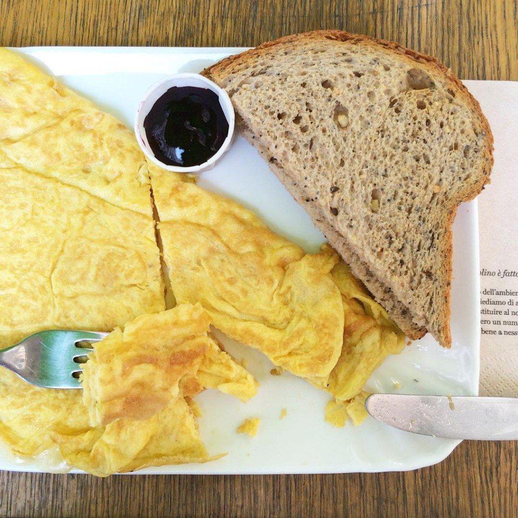 Una colazione che sa di pranzo, in una Milano deserta, dove i camerieri servono solo turisti stranieri e il clima è perfetto.