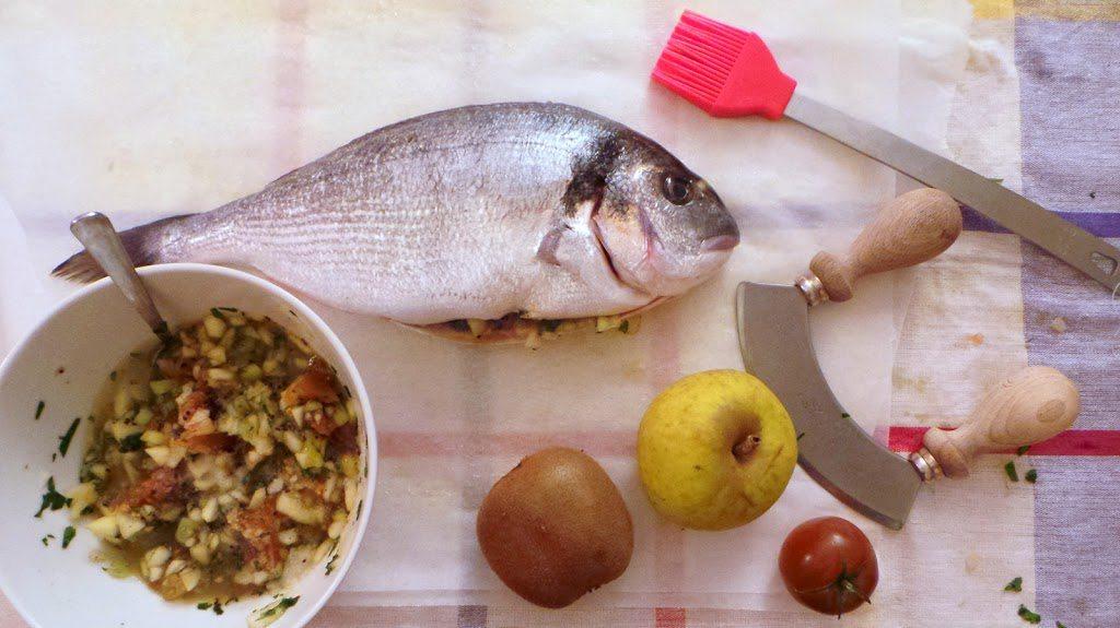 Filetto di orata alla mela, kiwi e pomodorino camone, cucinato al cartoccio