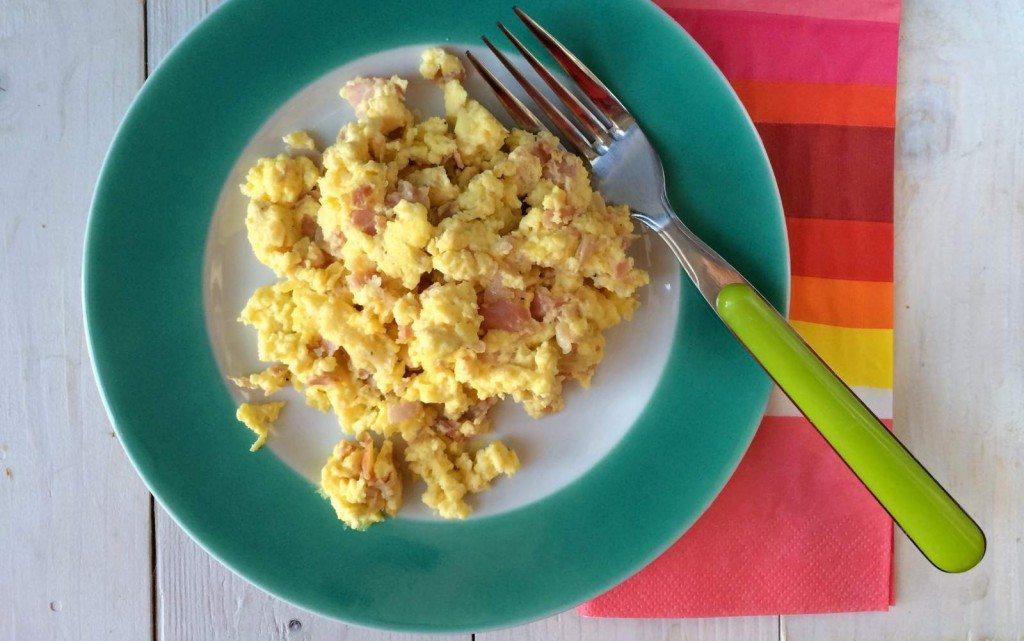 colazione-uova-strapazzate-ricotta-prosciutto cotto