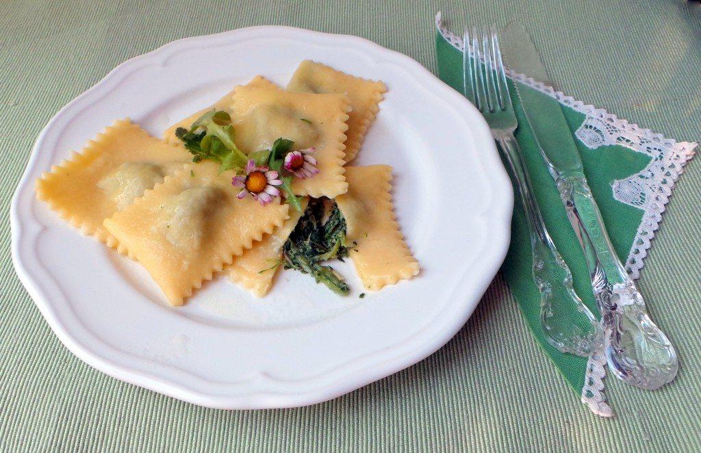 ravioli-pasta fresca- con ortiche e toma-al burro