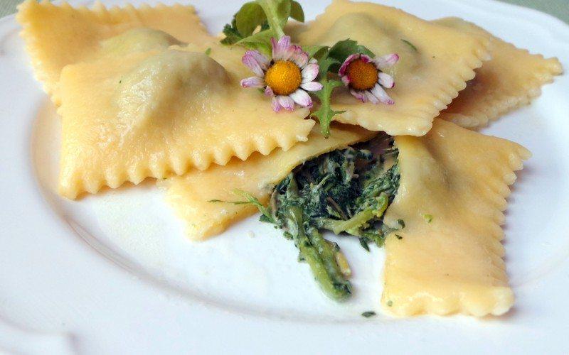 Pasta fresca: ravioli ripieni con ortiche e toma al burro fuso