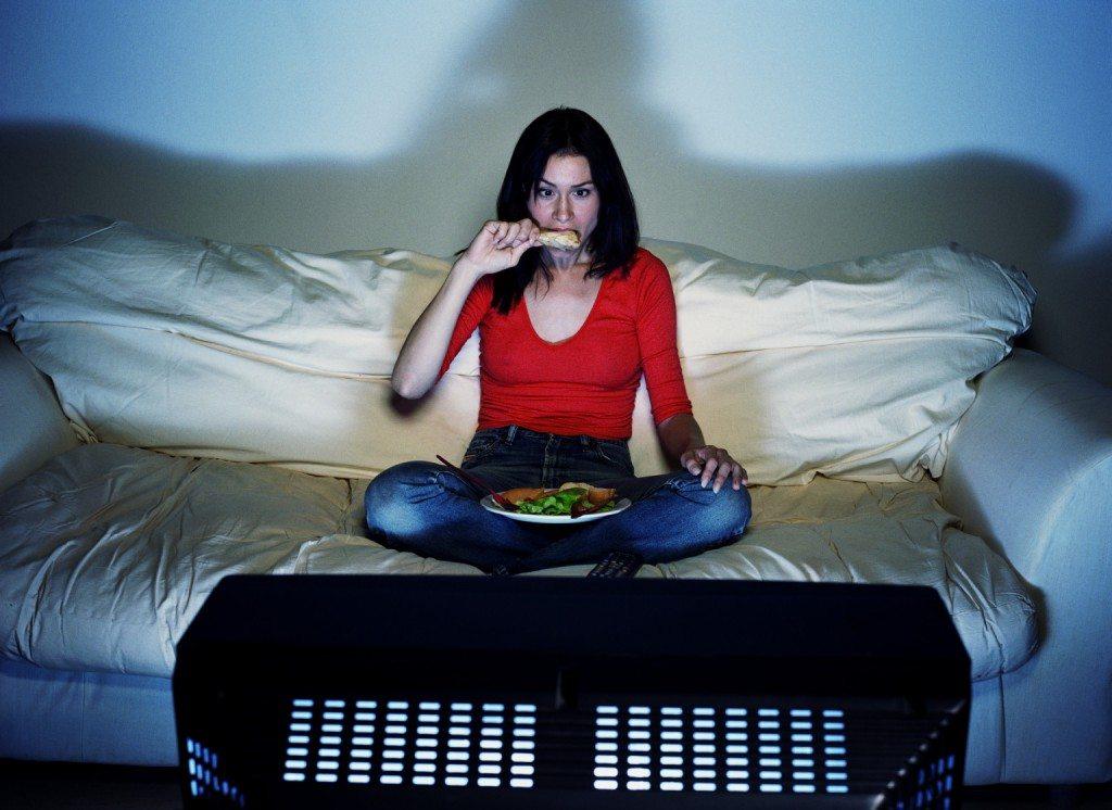 donna che mangia davanti alla tv