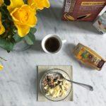 Nuove colazioni fatte di granola frutta latte di mandorla sciroppohellip