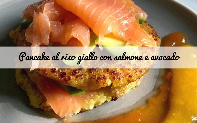 Pancake al riso giallo e banana con salmone, avocado e sciroppo di frutta tropicale