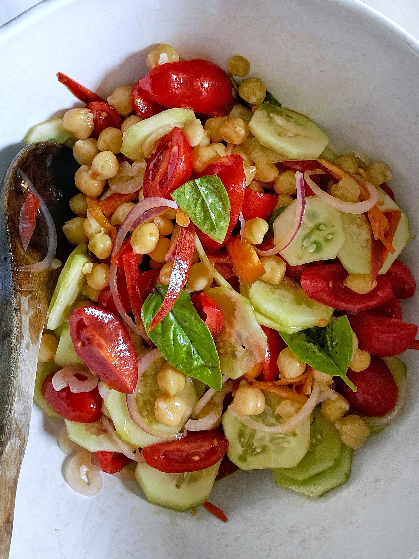 insalatona ceci, cetrioli, pomodori e cipolla_spadelliamo